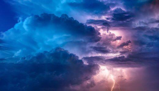 落雷からの避難!屋外の落雷対策「雷しゃがみ」で正しく身を守る姿勢を解説
