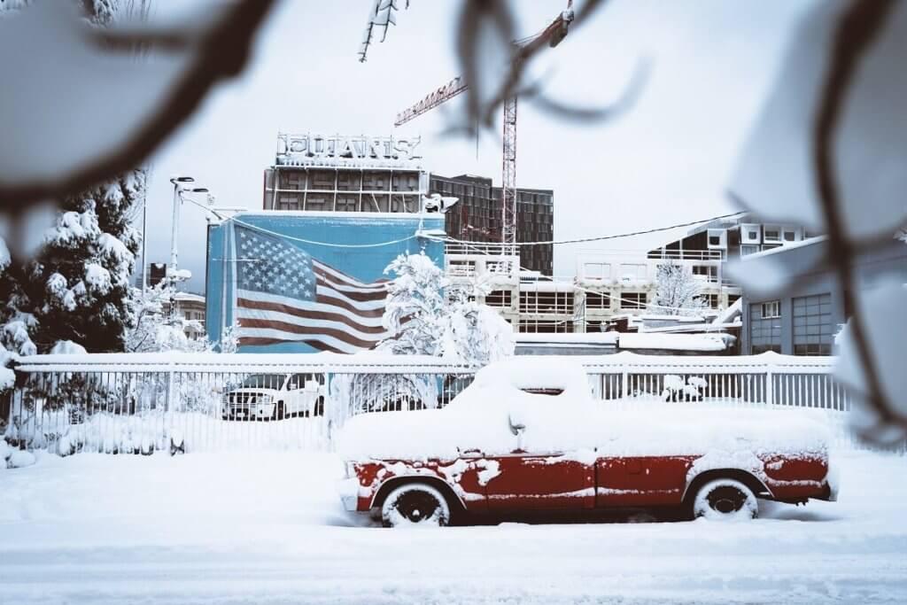 雪の吹き溜まり 車